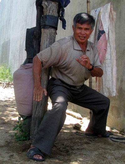 Võ sư Lê Công Hoàng biểu diễn lại chiêu dùng mông đánh ngã  cột nhà của ông Hương Kiểm Mỹ
