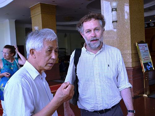 GS Trần Thanh Vân (trái) đón tiếp một nhà khoa học đến tham dự cuộc Gặp gỡ Việt Nam lần IX.