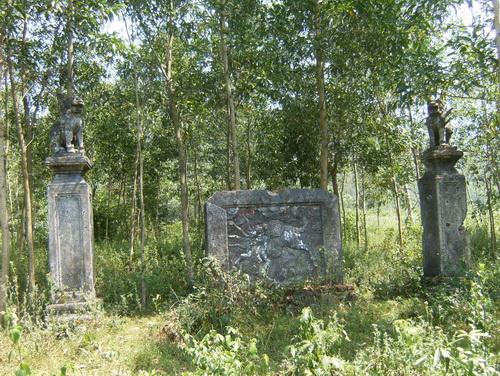Cổng và bình phong Lăng Ngô Tùng Châu ở Gò Tháp thôn Thái Định (nay là Thái Thuận), xã Cát Tài, huyện Phù Cát.