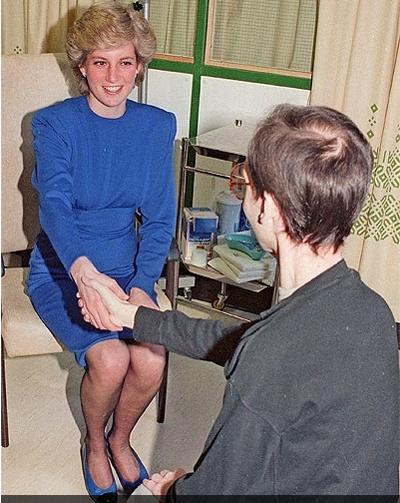Bắt tay bệnh nhân AIDS