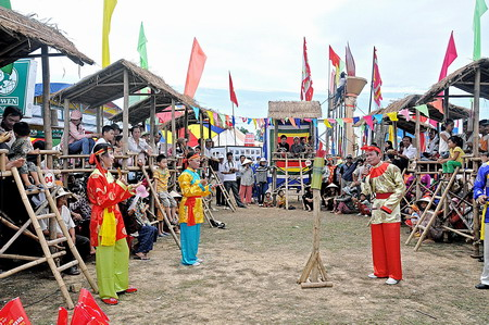 Đông đảo người dân đến xem hội đánh bài chòi cổ ở Bình Định.