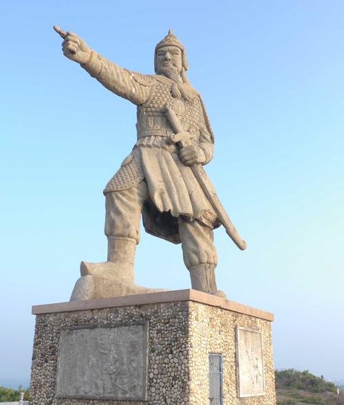 Tượng đài Trần Hưng Đạo trên núi Tam Tòa - Ảnh: Hoàng Trọng